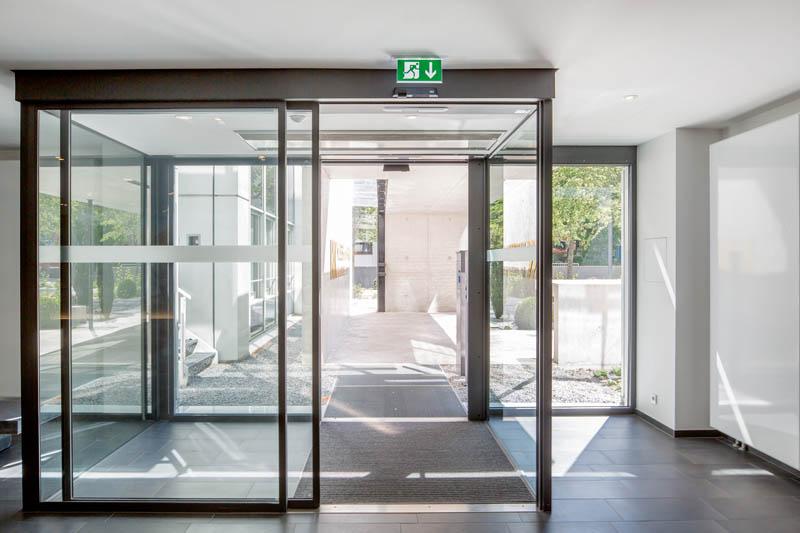 цена стеклянные двери