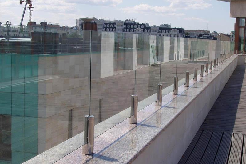 стеклянные ограждения на крыше