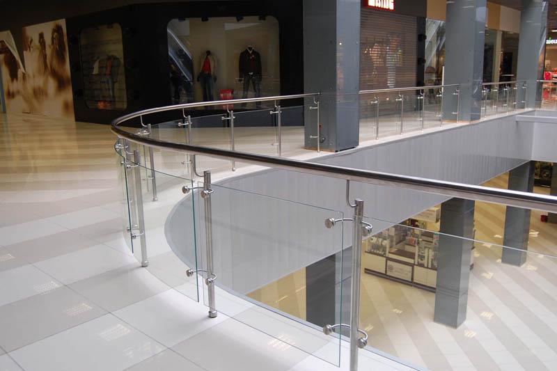 стеклянное ограждения в торговых центрах